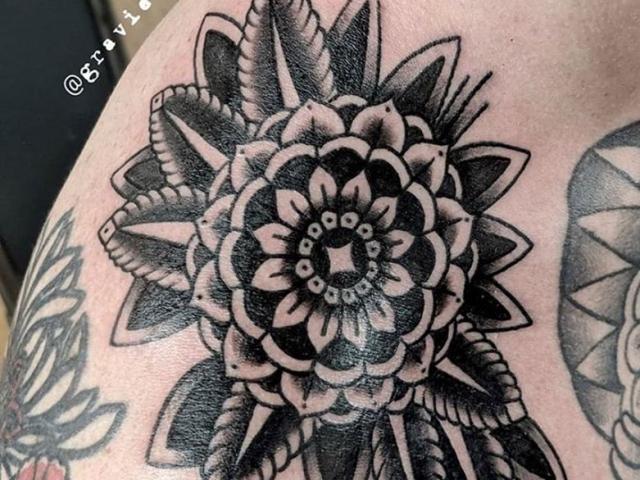 tattoo, tatouage, montréal tattoo, black tattoo, mandala